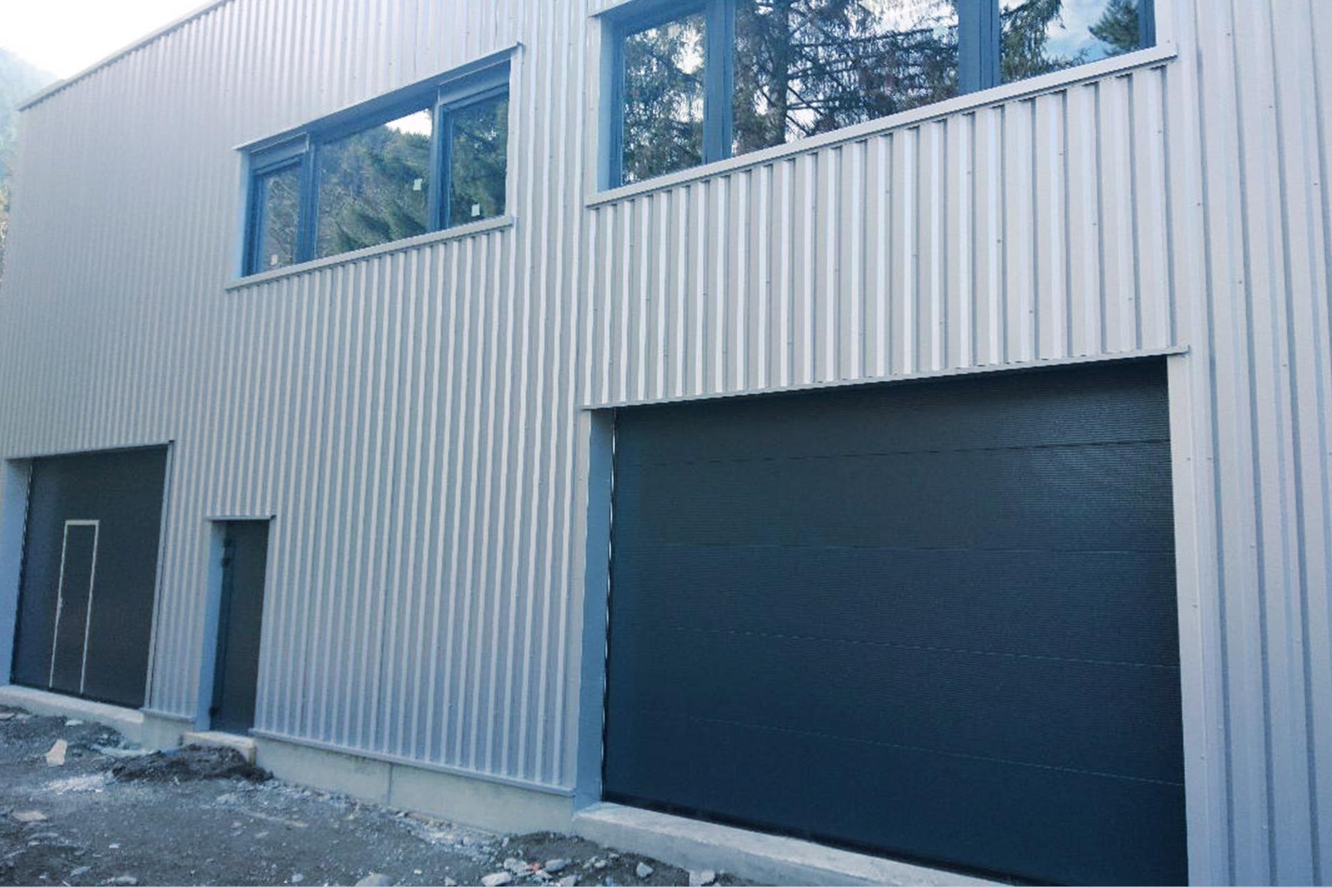 bâtiment industriel porte sectionnes - vitrerie savoyarde